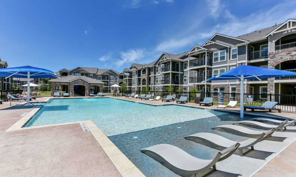 Poolside seating at Cottages at Abbey Glen Apartments in Lubbock, Texas