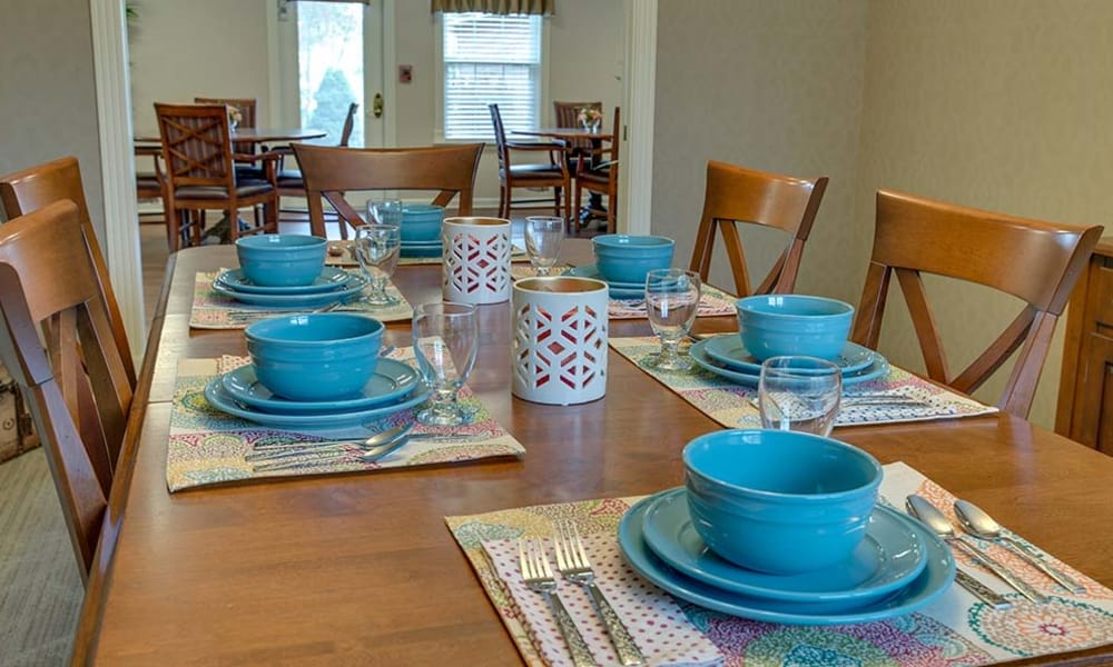 Family dining table at Eiffel Gardens in Paris, Tennessee