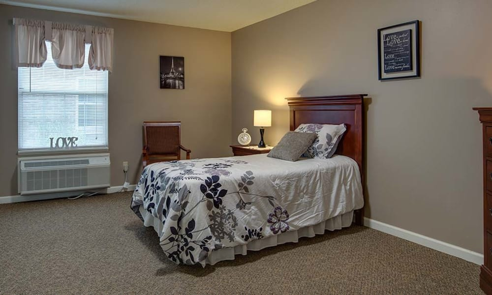 1 Person bedroom at Eiffel Gardens in Paris, Tennessee