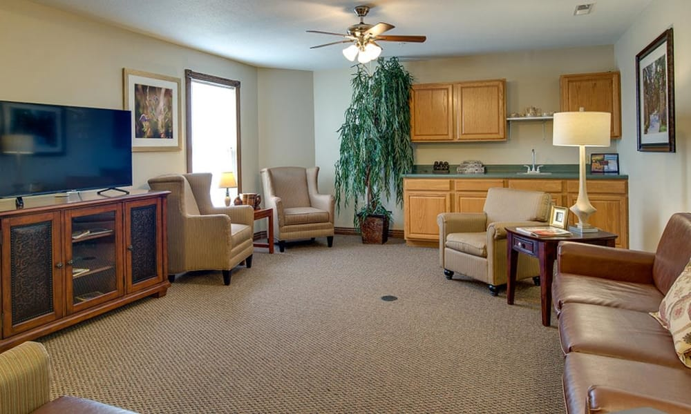 Resident lounge with comfortable seating at Victorian Place of Cuba Senior Living in Cuba, Missouri