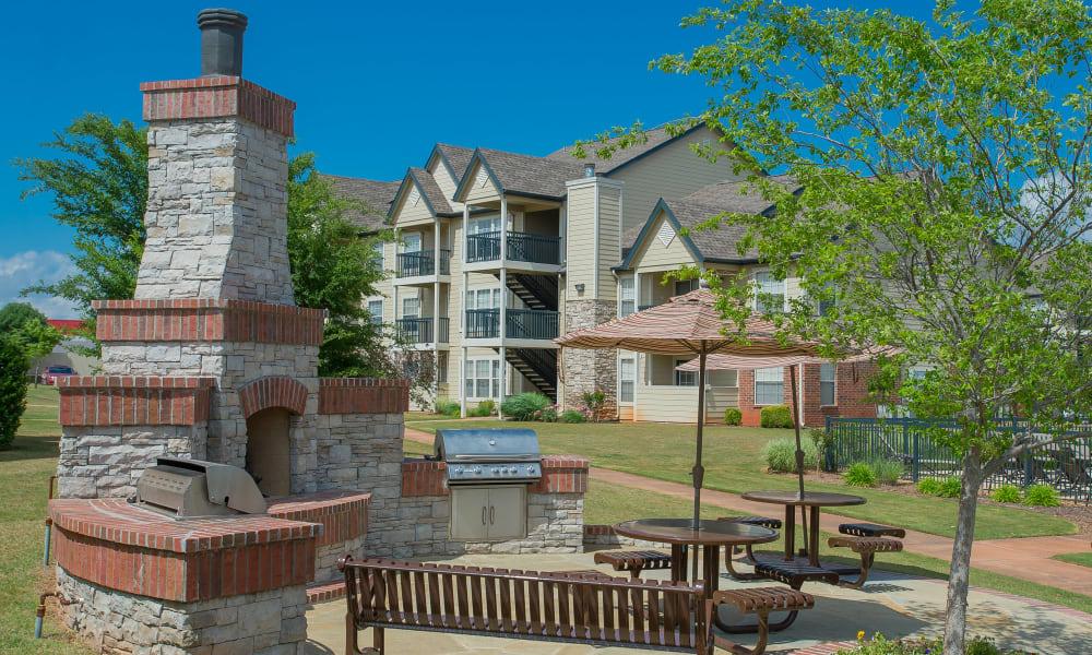 An outdoor grilling area at Villas at Stonebridge in Edmond, Oklahoma