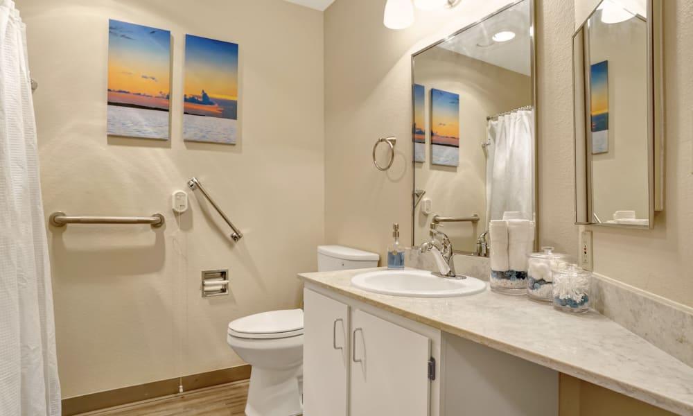 Mountlake Terrace Plaza offers a bathroom in Mountlake Terrace, Washington
