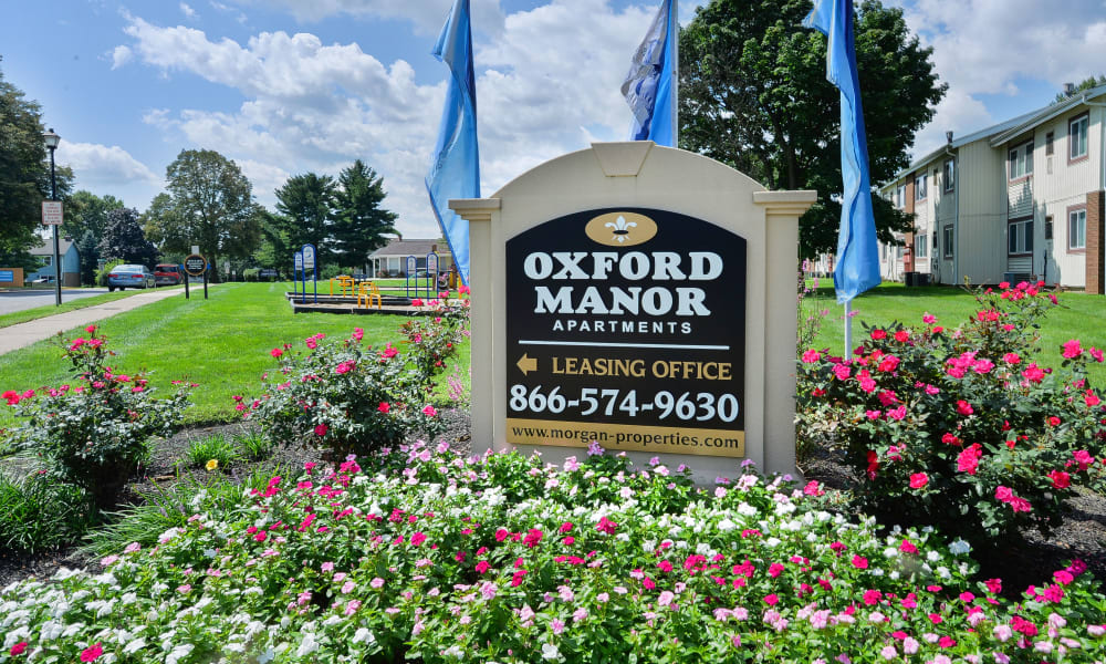 Oxford Manor entry sign at Oxford Manor Apartments & Townhomes in Mechanicsburg, PA