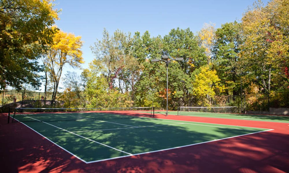 Windsor on the River offers a tennis court in Cedar Rapids, Iowa