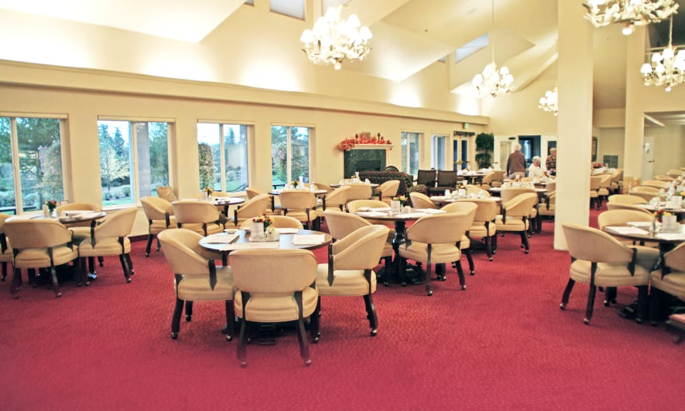 Community dining room for residents at Somerset Lodge in Gladstone, Oregon