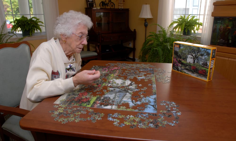 Resident completing a puzzle at Chestnut Knoll in Boyertown, Pennsylvania