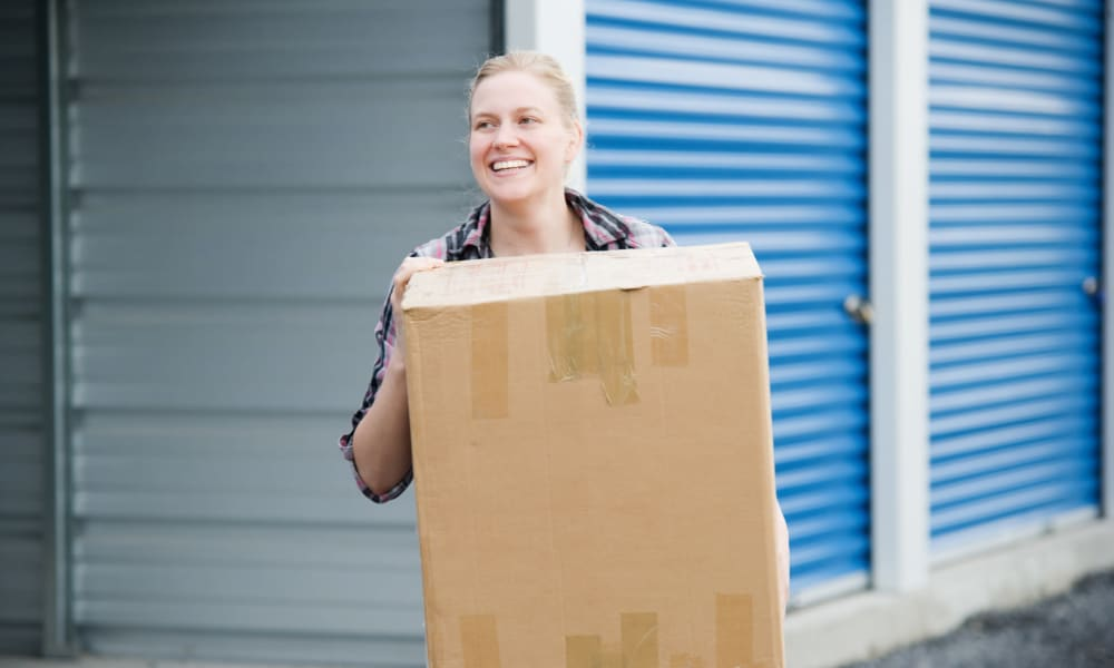 Woman moving into her storage unit at StorageMax Tupelo East in Tupelo, Mississippi
