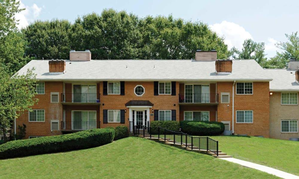 Lush landscaping at Mount Vernon Square Apartments in Alexandria, Virginia