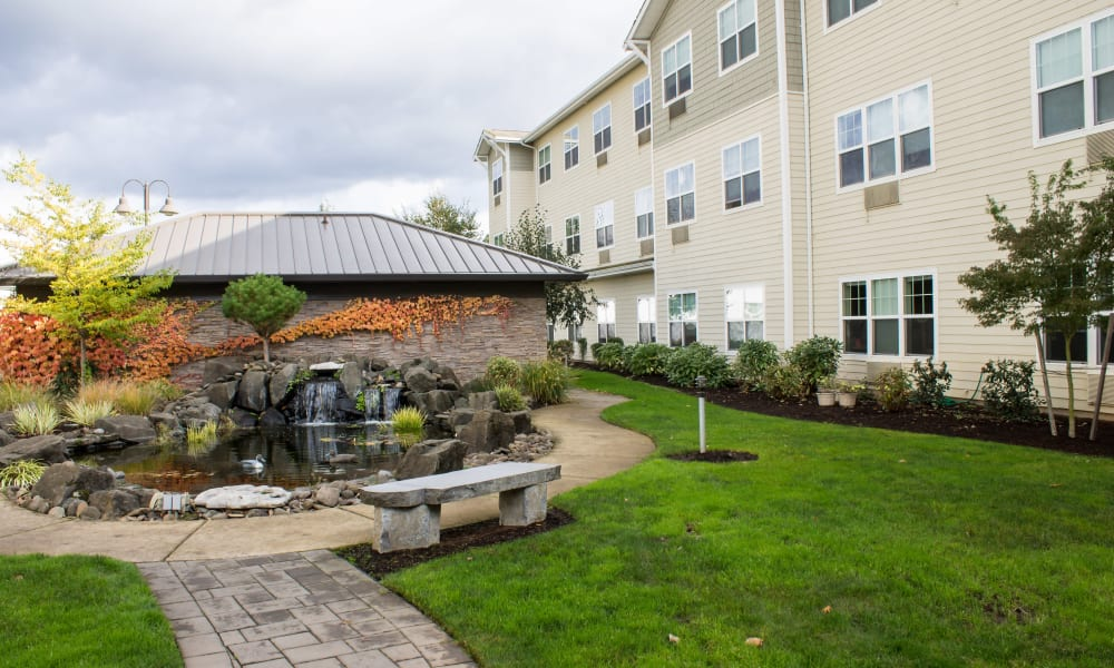 Courtyard outside of Timber Pointe Senior Living in Springfield, Oregon