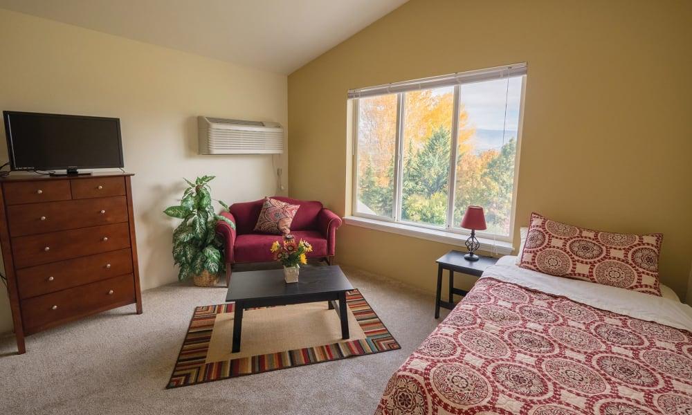 Living room layout at Maple Ridge Senior Living in Ashland, Oregon