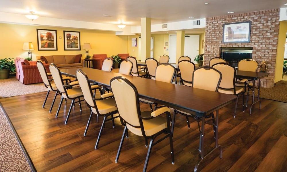 Large dining table at Maple Ridge Senior Living in Ashland, Oregon