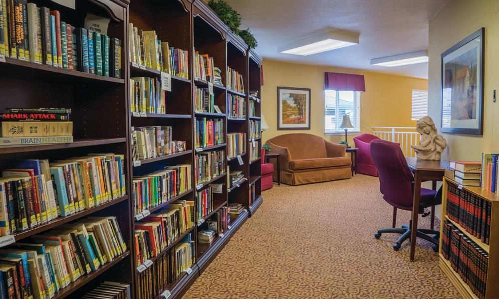 Common library at Maple Ridge Senior Living in Ashland, Oregon
