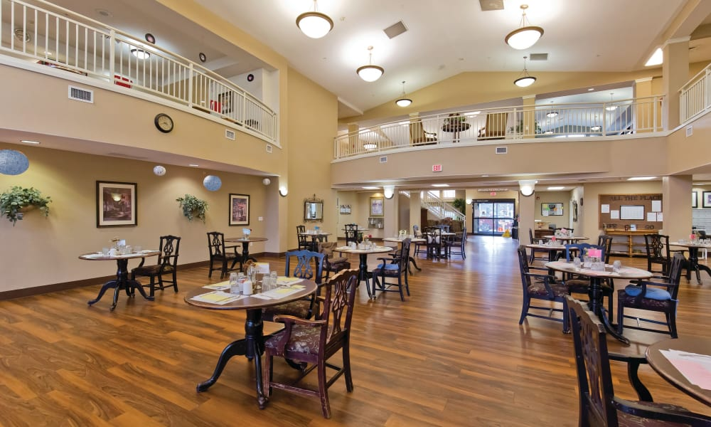 Large dining hall at Meadowlark Senior Living in Lebanon, Oregon