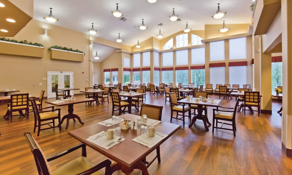 Community dining room at Heron Pointe Senior Living in Monmouth, Oregon