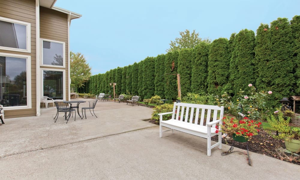 Exterior seating area at Heron Pointe Senior Living in Monmouth, Oregon