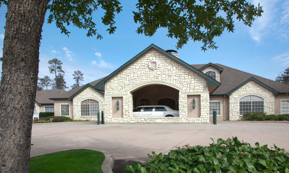 Front entrance and drive-up to Carriage Inn Conroe in Conroe, Texas