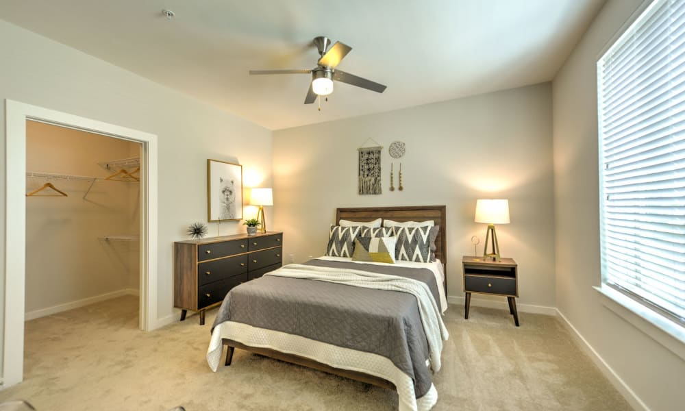 Luxor Club offers a Bedroom with a ceiling fan and carpet in Jacksonville, Florida