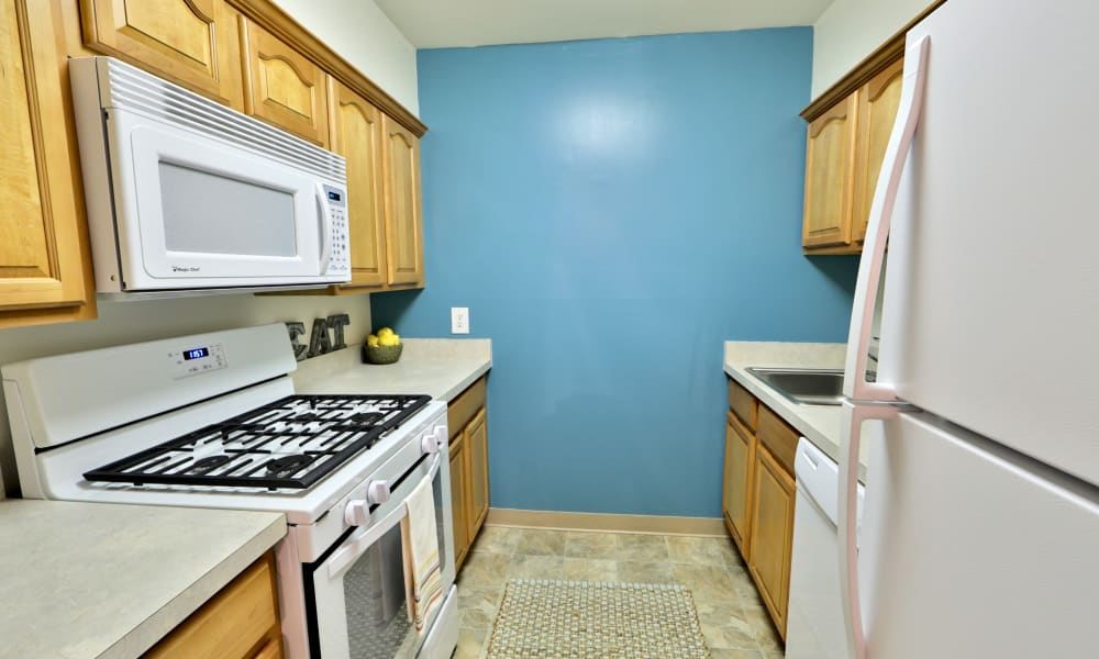 Kitchen at Lakewood Hills Apartments & Townhomes in Harrisburg, Pennsylvania