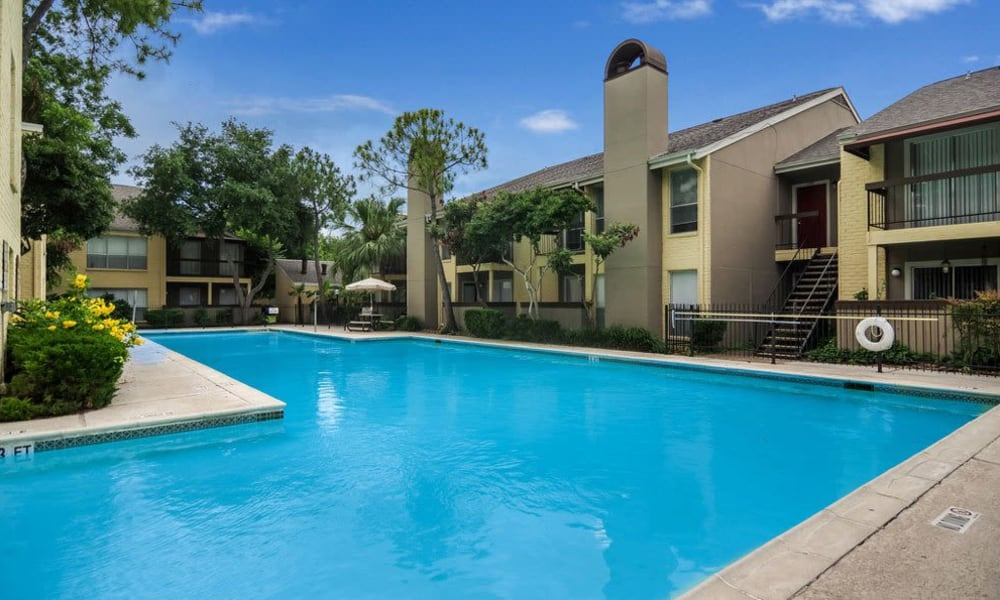 large resident pool at Cambridge Place in Houston, Texas.