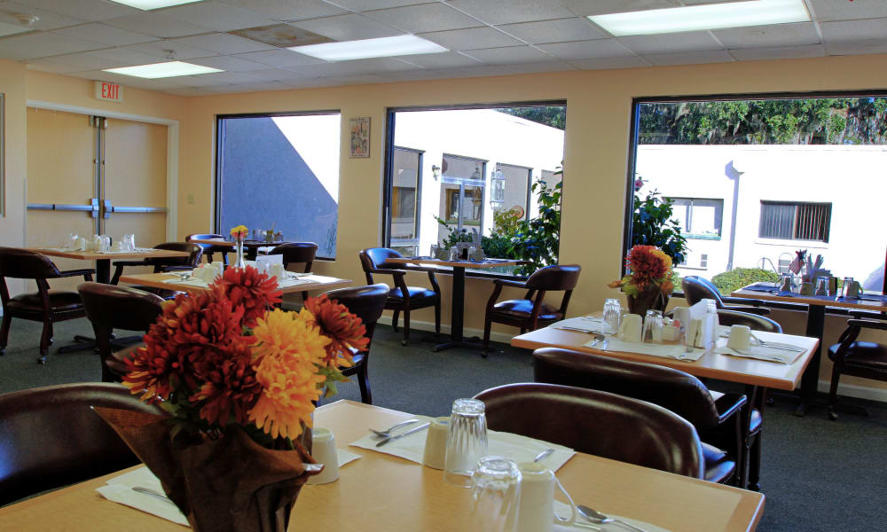 Dining area at Bradenton Oaks in Bradenton, Florida