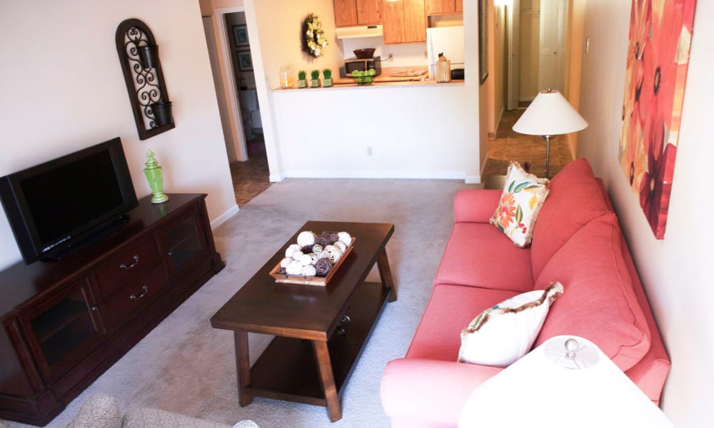 A living room with a pink couch at Lake Morton Plaza in Lakeland, Florida