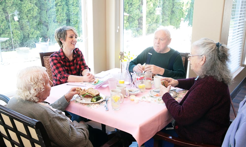 Residents eating at Heron Pointe Senior Living in Monmouth, Oregon