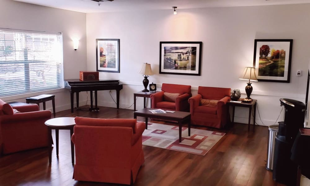 Relaxing lounge room at Lakeland Senior Living in Eagle Point, Oregon