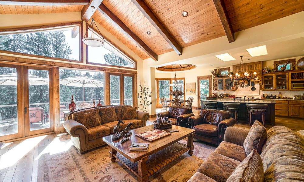 Living room at Touchmark at Mount Bachelor Village in Bend, Oregon