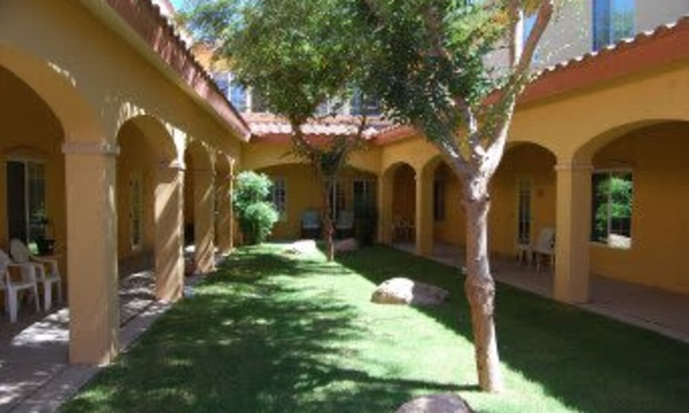 Spacious courtyard with covered walkways at Pennington Gardens in Chandler, Arizona