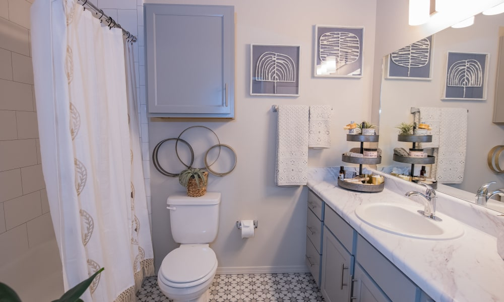 Nicely decorated bathroom at Artisan Crossing in Norman, Oklahoma