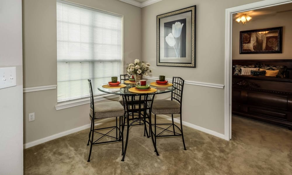Dining table at Chateau des Lions Apartment Homes in Lafayette, Louisiana
