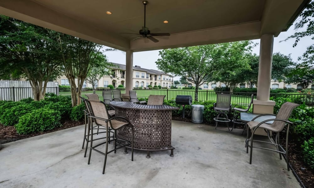 Outdoor patio area at Chateau des Lions Apartment Homes in Lafayette, Louisiana