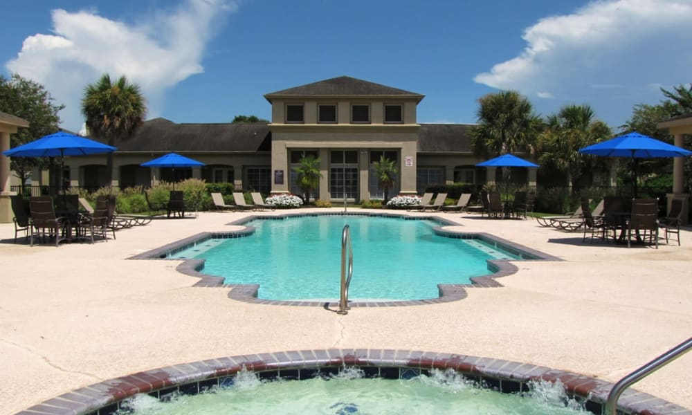 Swimming pool at Chateau des Lions Apartment Homes in Lafayette, Louisiana