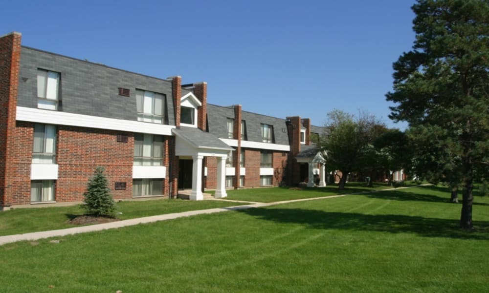 Green lawns at Windsor Lakes Apartment Homes in Woodridge, Illinois