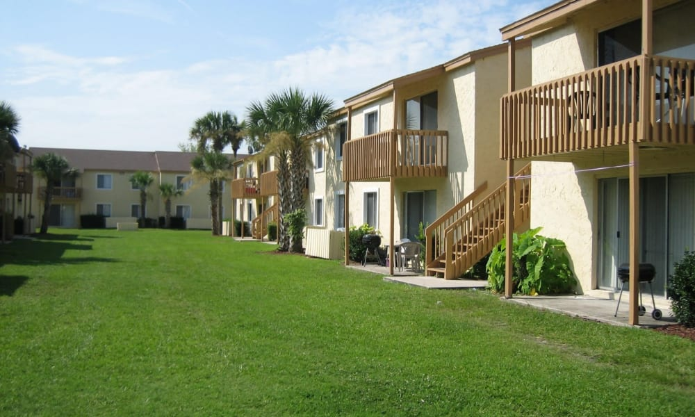 Beautiful lawns at Pointe Sienna Apartment Homes in Jacksonville, Florida