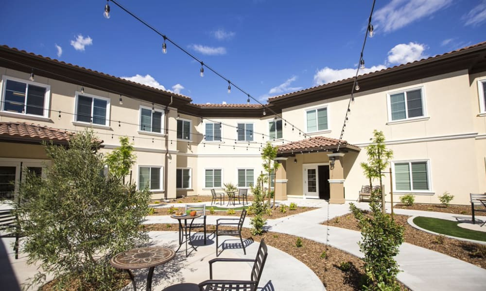 Resident courtyard with seating at The Pointe at Summit Hills in Bakersfield, California.