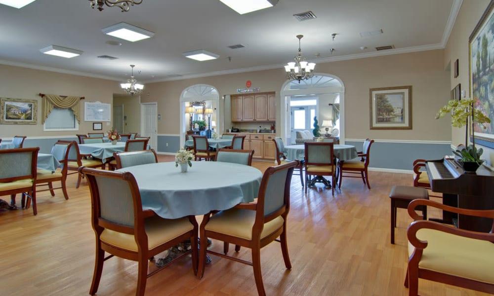 Spacious dining room at The Arbors at Dunsford Court in Sullivan, Missouri.