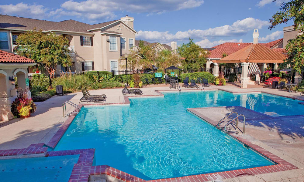Sparkling swimming pool at The View at Encino Commons in San Antonio, Texas