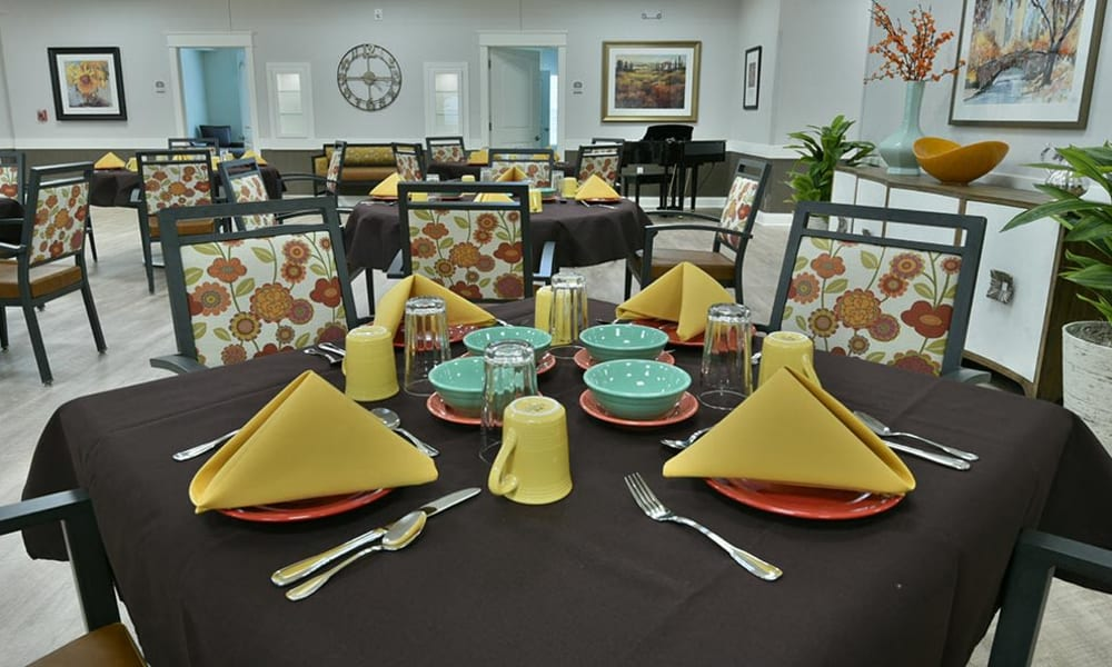Family style dining in memory care at The Arbors at Two Bedroom Independent Living Cottage at Field Pointe Assisted Living in Saint Joseph, Missouri