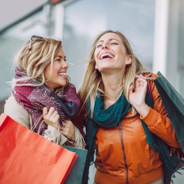 Friends shopping near Ocio Plaza Del Rio in Peoria, Arizona