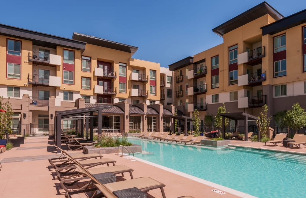 Solana Cherry Creek offers a swimming pool in Denver, Colorado