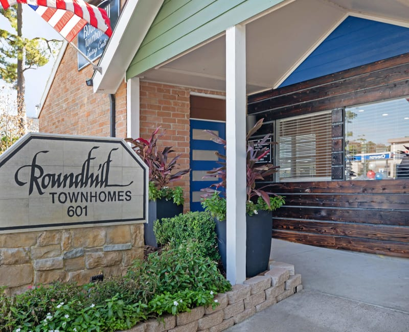 Sign to Roundhill Townhomes in Houston, Texas