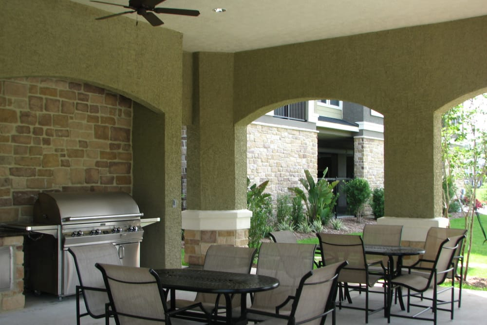 Outdoor grilling area at The Abbey on Lake Wyndemere in The Woodlands