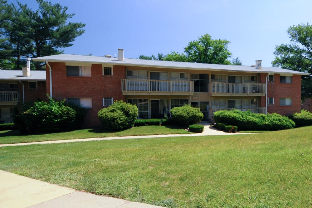 Large green areas at Fireside Park Apartments