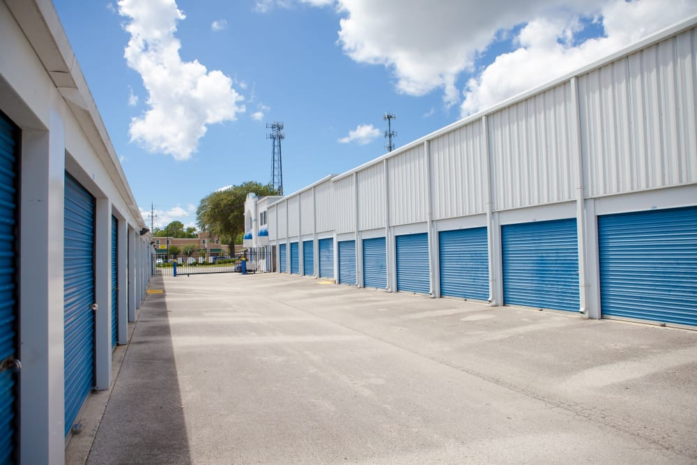 large driveways at Atlantic Self Storage for easy access