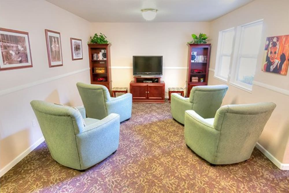 Seating and entertainment area for residents at Oak Terrace Memory Care in Soulsbyville, California