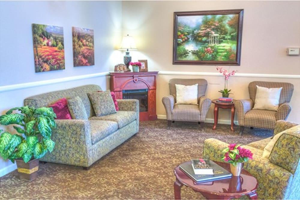 Lounging area for residents at Oak Terrace Memory Care in Soulsbyville, California