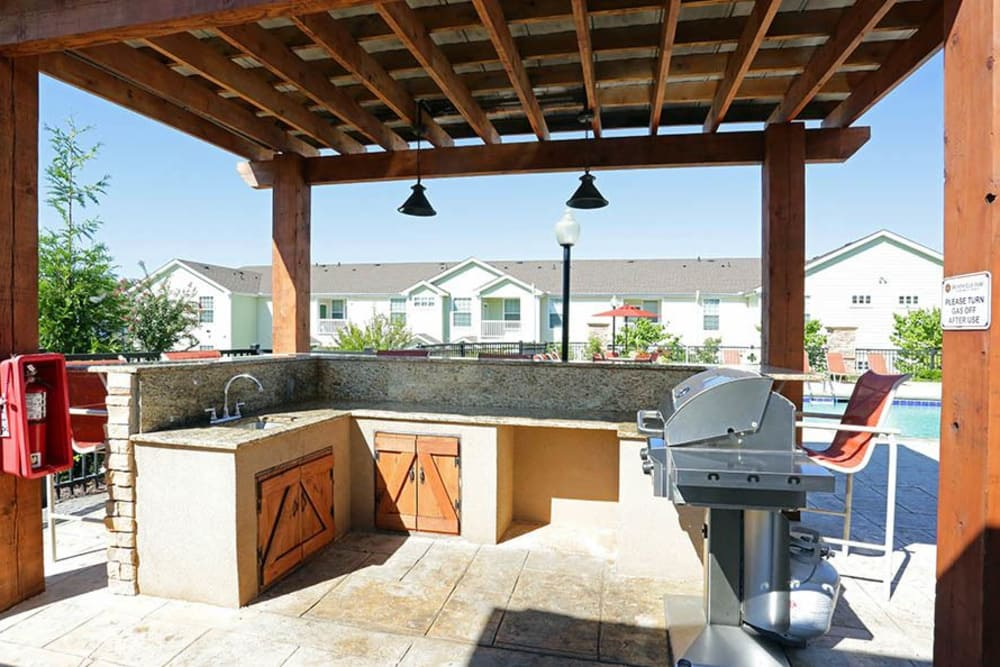 BBQ area at Huntsville Parc Apartment Homes in Huntsville, AL
