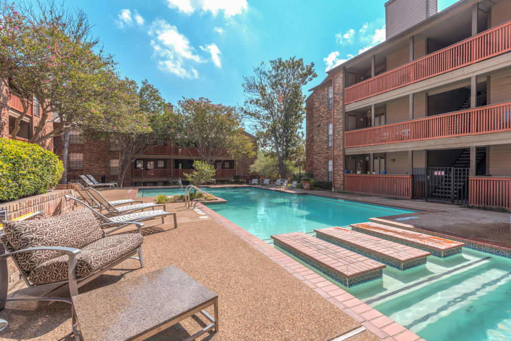Churchill Crossing Apartments Poolside Lounge