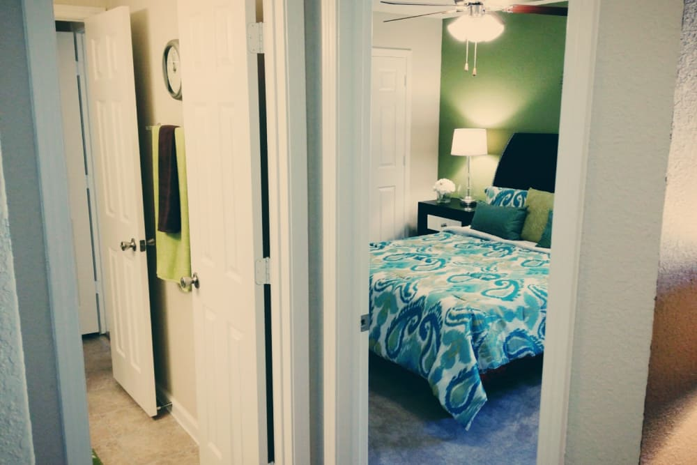 The Abbey at Jones Road offers a cozy bedroom in Houston, TX